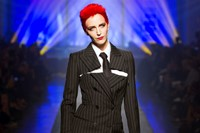 Hannelore Knuts as Annie Lennox