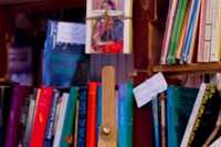 Tomes for sale inside Atlantis Books. Image courte 4