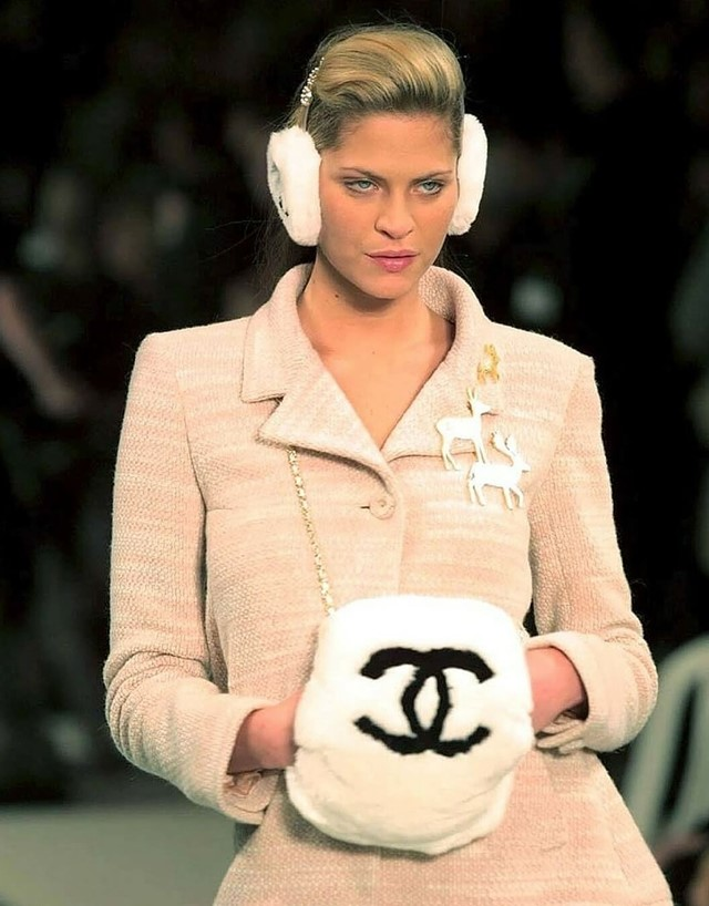 chanel-rabbit-fur-muff-bag-runway