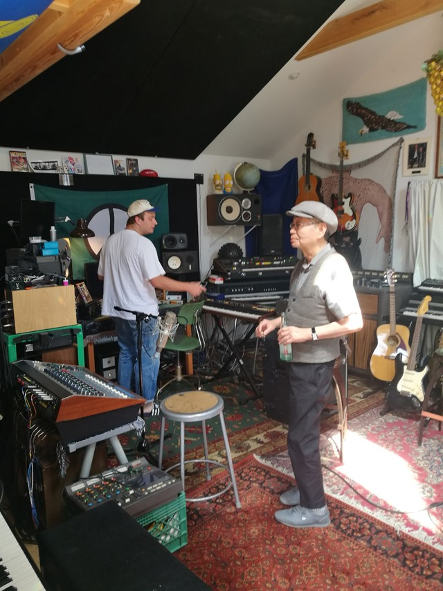 Mac DeMarco shows Haruomi Hosono his home studio