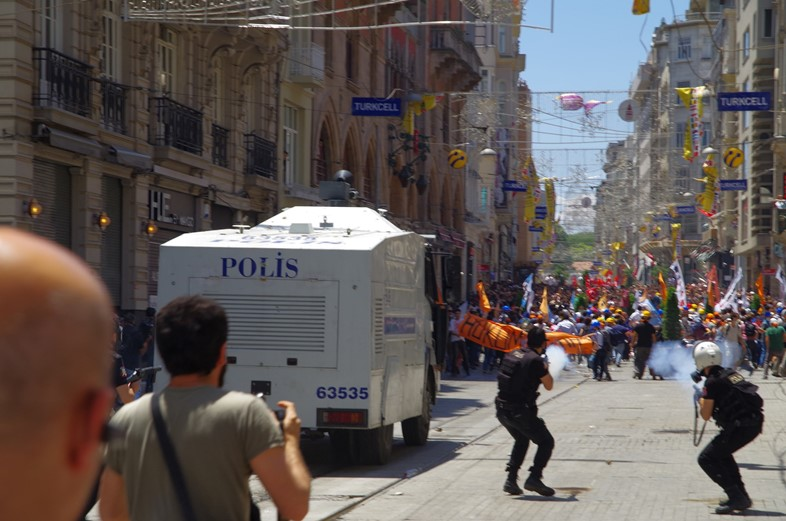 Tear gas used on the İstiklâl Caddesi near Taksim Square