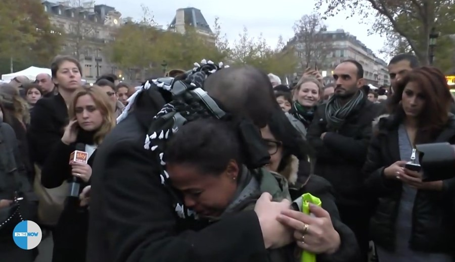 Blindfolded Muslim asks citizens of Paris for trust