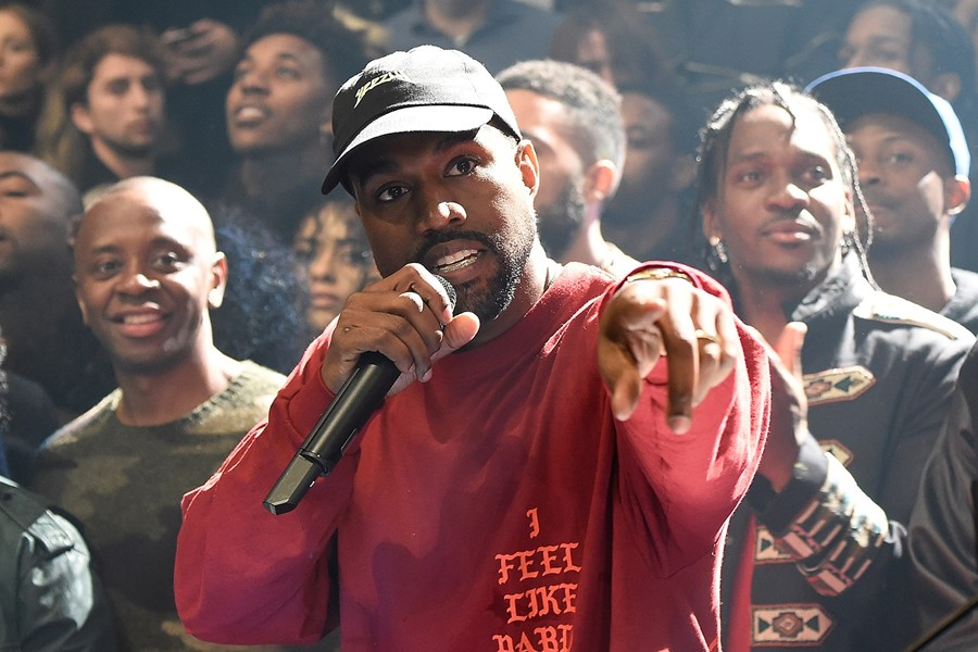 kanye-west-weeby-award-artist-of-the-year-0