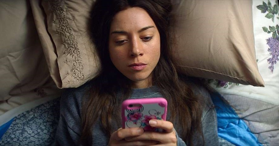 Ingrid Goes West Aubrey Plaza phone Instagram obsession