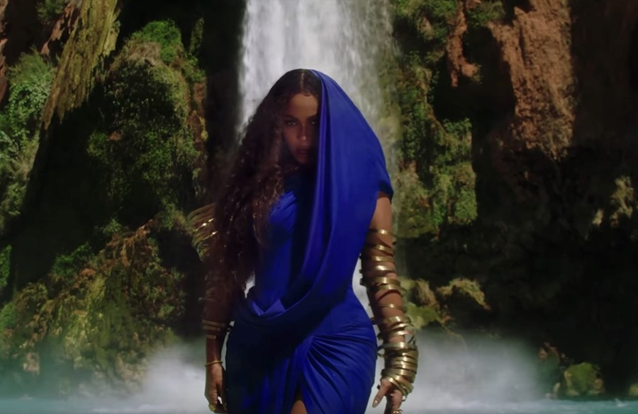 Beyoncé in the 'Bigger' video