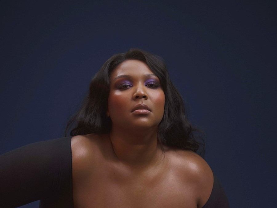Lizzo pays tribute to Kobe Bryant with Grammys opening performance